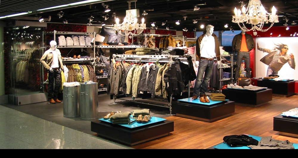 DÜSSELDORF FLUGHAFEN | STREET-WEAR-LADEN Shopbereich Männer-Produkte: Entwurf, Werkplanung und Ausschreibung für Gebr. Heinemann
